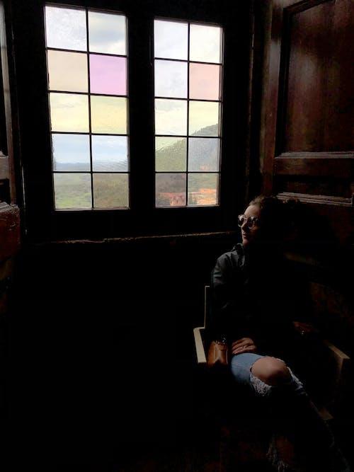 Foto d'estoc gratuïta de assegut, dona, finestra, interior