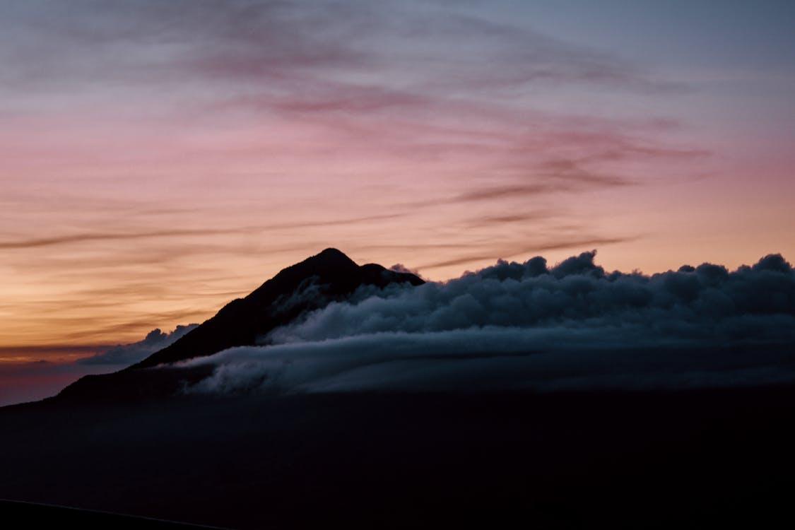 Nuvole Che Coprono La Montagna