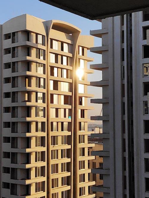 Gratis stockfoto met appartementsgebouwen, architectuur, bouwwerk, buitenkant van het gebouw