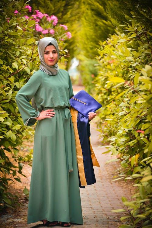 Immagine gratuita di abito, abito (abbigliamento), abito da sera, cappello di laurea