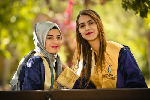 Δωρεάν στοκ φωτογραφιών με ακαδημαϊκό regalia, απόφοιτοι, γιορτή, γυναίκες