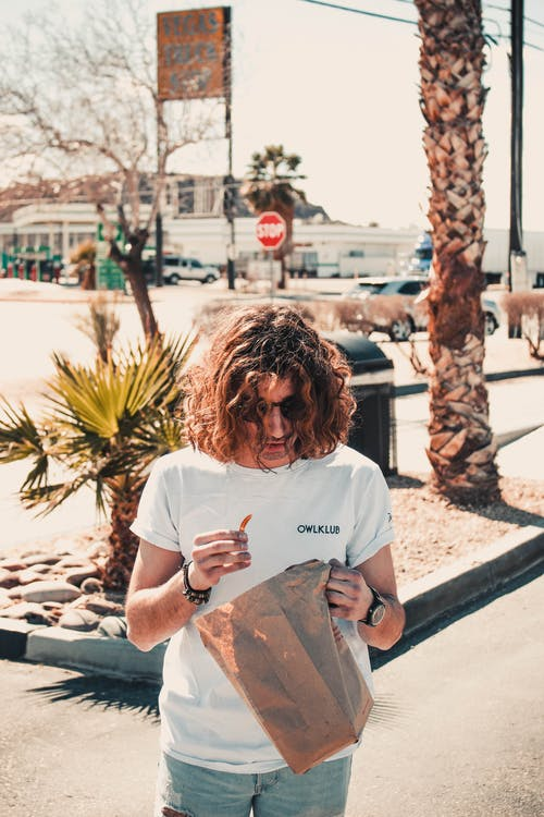 Foto d'estoc gratuïta de a l'aire lliure, adult, cabells arrissats