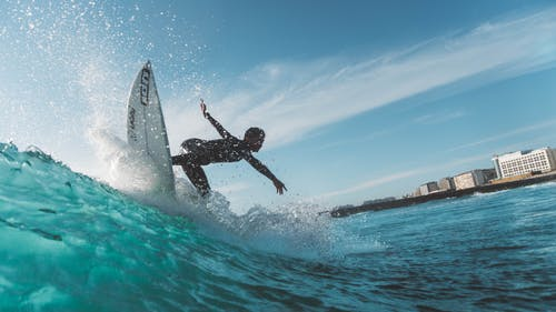 Безкоштовне стокове фото на тему «водні види спорту, дія, дошка для серфінгу, людина»