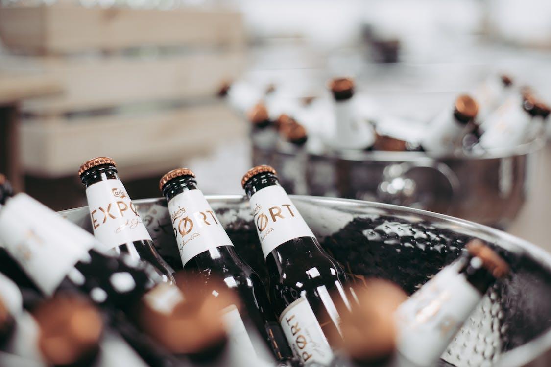 alcool, arrière-plan flou, articles en verre