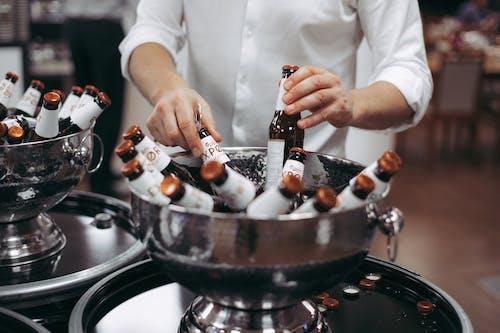 Darmowe zdjęcie z galerii z alkohol, biała koszula, butelki, butelki piwa