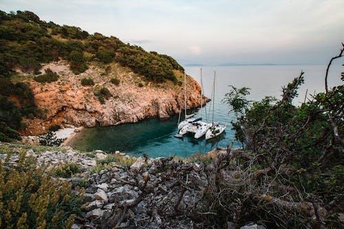 Δωρεάν στοκ φωτογραφιών με watercrafst, ακτή, ακτή απότομων βράχων, βάρκες