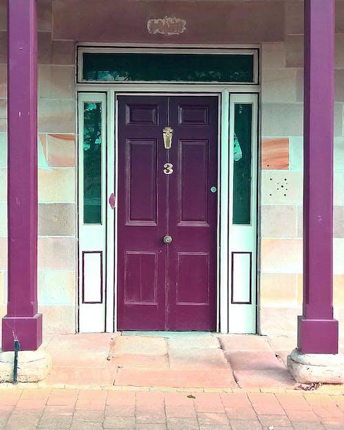 Základová fotografie zdarma na téma dveře, klenutá chodba, mosazný klepač, sloupy
