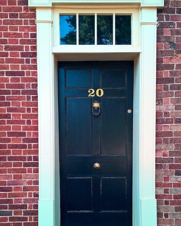 cihlová zeď, dvacet, dveře