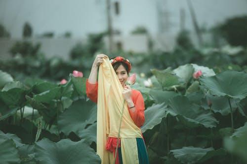 Foto stok gratis kaum wanita, kebun, kilang, lotus