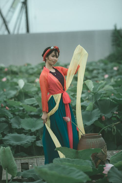 Gratis stockfoto met Aziatische persoon, bloemen, buiten, casual