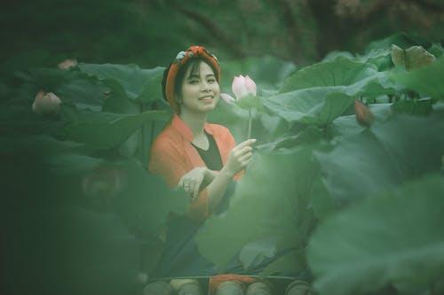 Gratis lagerfoto af alene, asiatisk kvinde, blomstermark, brunette