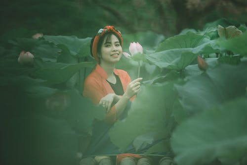 Fotos de stock gratuitas de asiática, bonita, campo de flores, enfoque selectivo