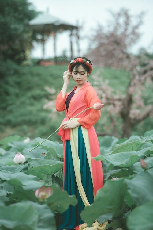 Gratis lagerfoto af asiatisk kvinde, blade, blomst, kjole