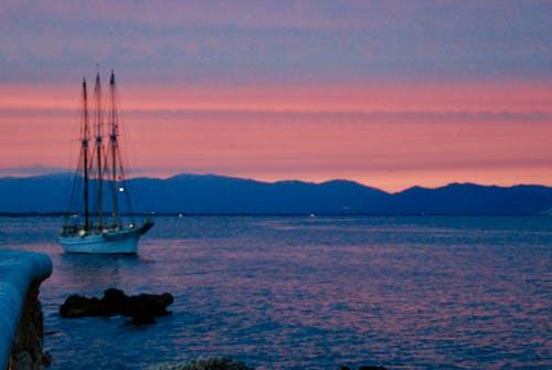 Fotobanka sbezplatnými fotkami na tému loď, malá plachetnica, Stredozemné more, západ slnka
