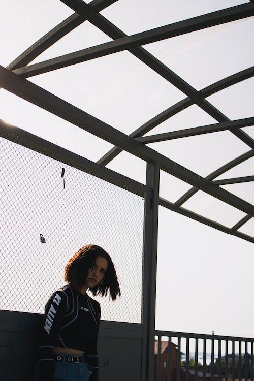 Základová fotografie zdarma na téma osoba, plot, žena