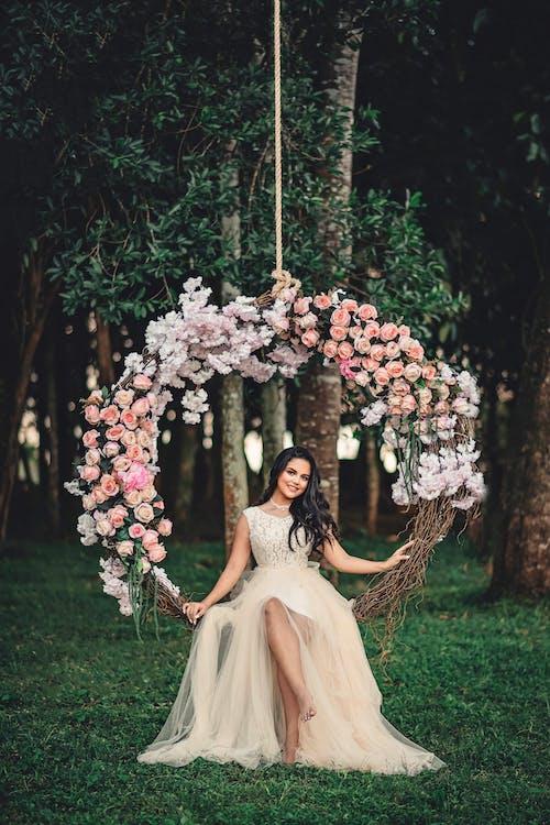 Fotobanka sbezplatnými fotkami na tému človek, hojdačka, kvety, móda