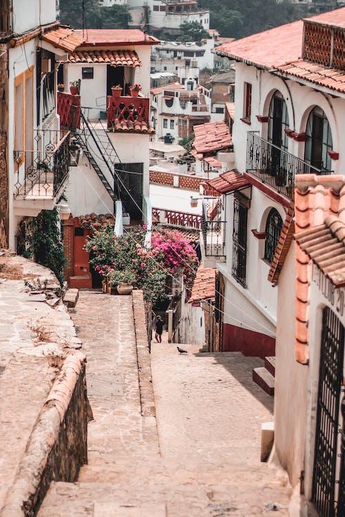antik, binalar, evler, kaldırım içeren Ücretsiz stok fotoğraf