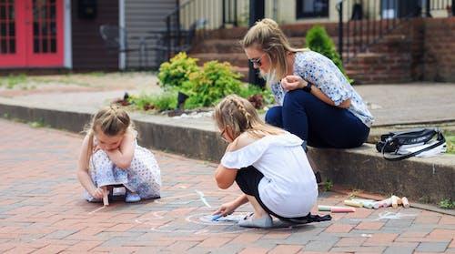 Ilmainen kuvapankkikuva tunnisteilla lapset, liitu, tiili jalkakäytävä