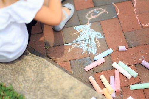 Ilmainen kuvapankkikuva tunnisteilla lapset, liitu, taide