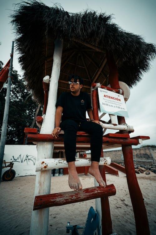 Безкоштовне стокове фото на тему «босоніж, дивитися вбік, людина, наодинці»