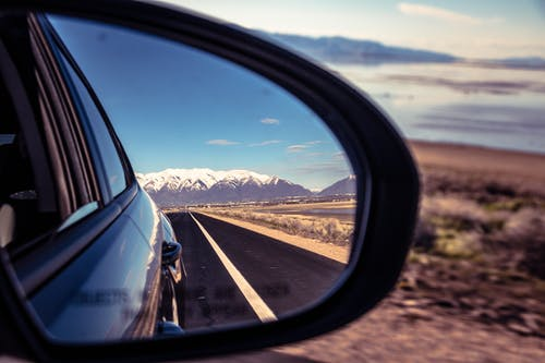 Бесплатное стоковое фото с автомобиль, автомобильное зеркало, асфальт, бок