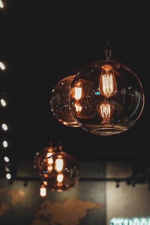 Kostenloses Stock Foto zu beleuchtet, elektrizität, glühbirnen, hängen
