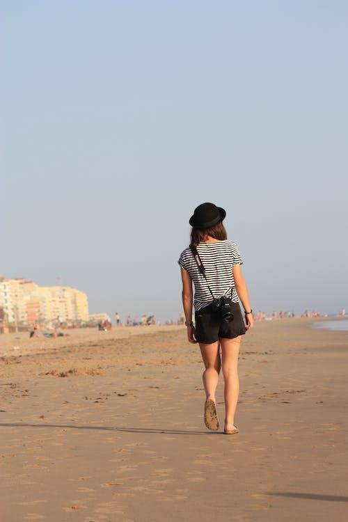 Бесплатное стоковое фото с досуг, женщина, лето, морской берег