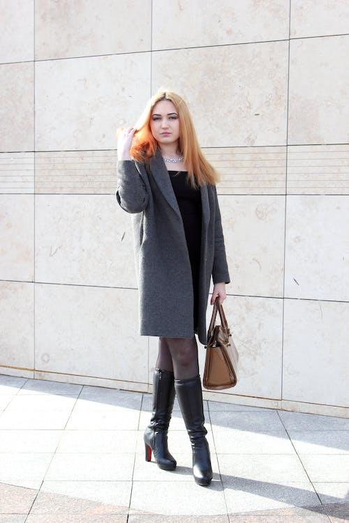 Fotobanka sbezplatnými fotkami na tému Betónová stena, čierne šaty, fotenie, kabát