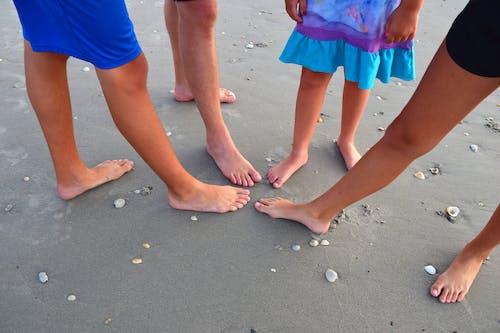 Foto stok gratis kaki, keluarga, pantai