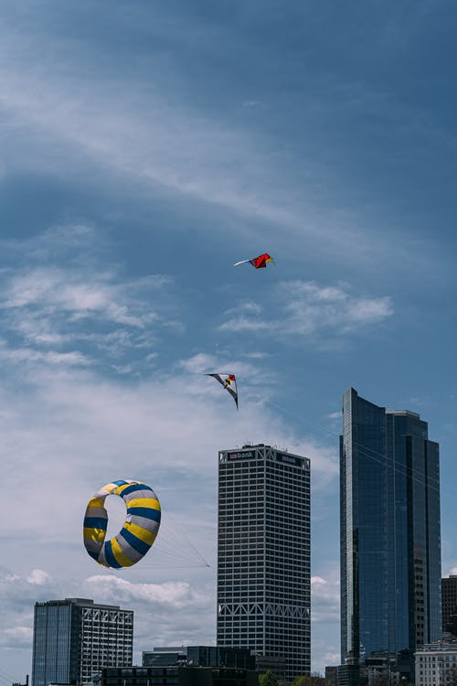 Immagine gratuita di alto, aquiloni, architettura, centro città