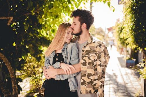Kostenloses Stock Foto zu frau, kuss, küssen, liebe