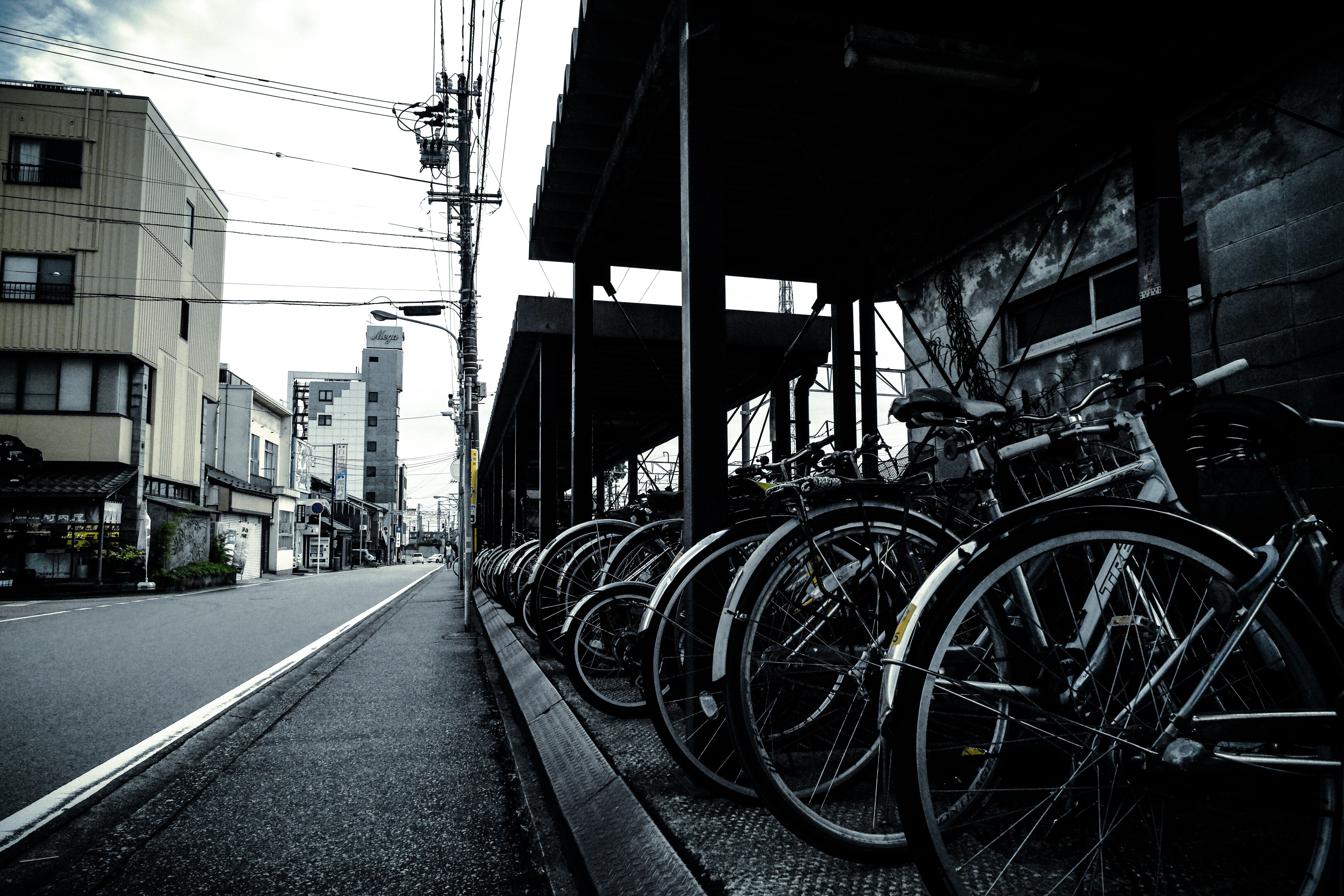Základová fotografie zdarma na téma budova, jízdní kola, město, městský