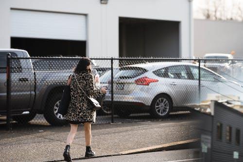 Foto profissional grátis de andando, ao ar livre, automóveis, carros estacionados
