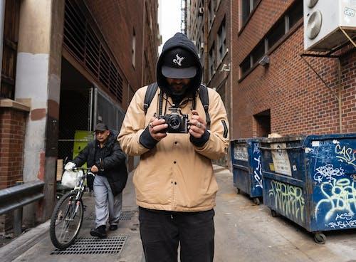 Foto profissional grátis de alameda, beco caminho, câmera, fotografando