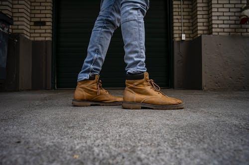 Foto stok gratis alas kaki, cokelat, jeans biru, merapatkan