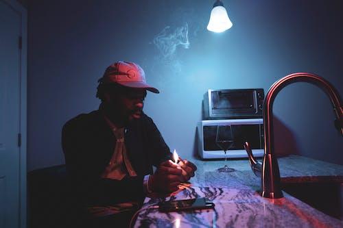 Foto profissional grátis de fogo, fumaça, homem, homem afro-americano