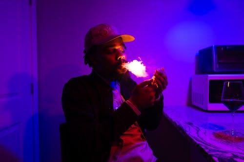 Foto profissional grátis de fumaça, fumando, homem, homem afro-americano