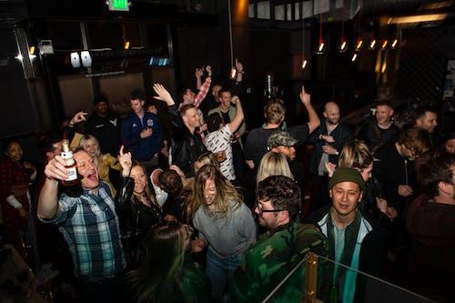 Základová fotografie zdarma na téma bar, dav, hůl, lidé