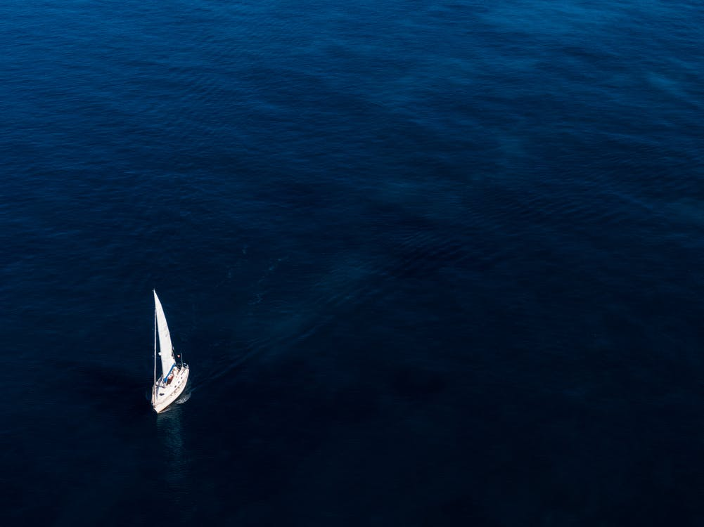 白船在水面上航行