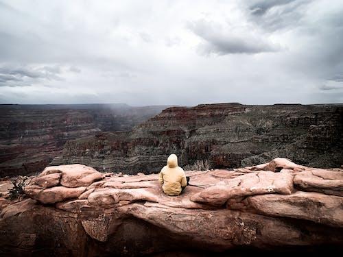 Ingyenes stockfotó Férfi, hegy, kanyon, kültéri kihívás témában