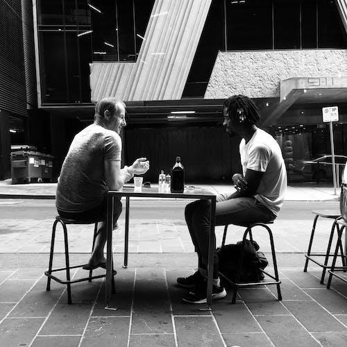 Безкоштовне стокове фото на тему «балакати, відтінки сірого, Вулиця, Дружба»