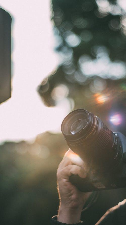 Darmowe zdjęcie z galerii z aparat, krajobraz, ręka, rozmyty