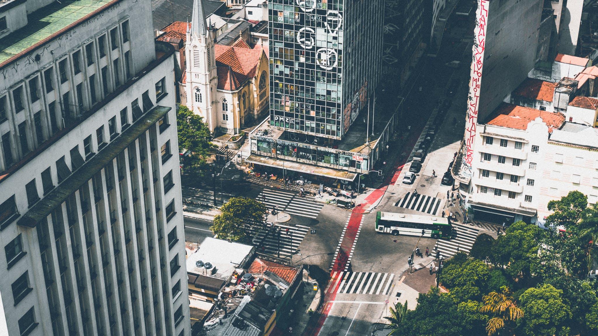 Ingyenes stockfotó autók, építészet, épületek, fák témában
