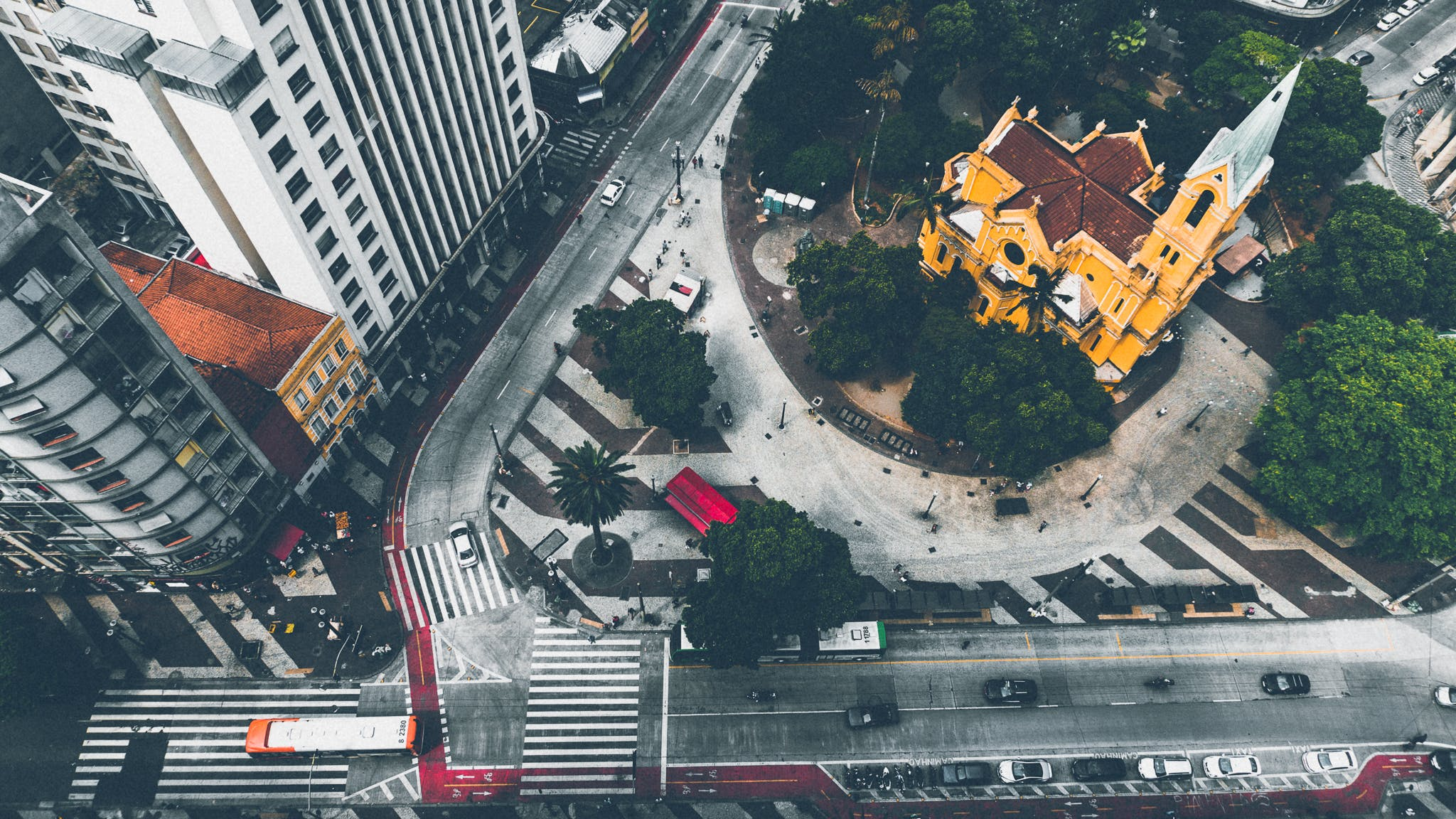 ağaçlar, arabalar, binalar, hareket içeren Ücretsiz stok fotoğraf