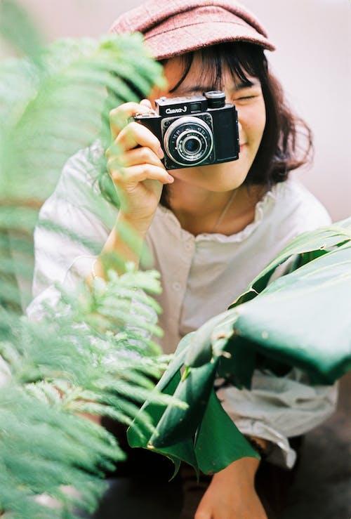 Kostnadsfri bild av kamera, kvinna, person, tar foto