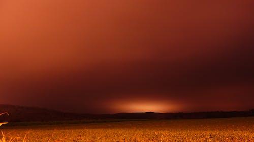 Darmowe zdjęcie z galerii z 2 nad ranem, dziwne pomarańczowe niebo, noc, pole