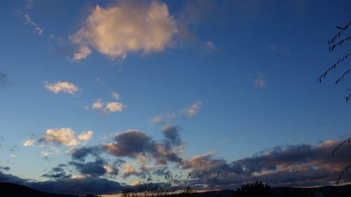 Darmowe zdjęcie z galerii z błękitne niebo, pochmurny, zachód słońca