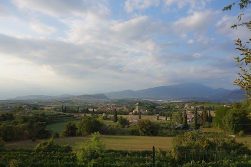 Ilmainen kuvapankkikuva tunnisteilla Italia, sininen taivas, vihreät kentät