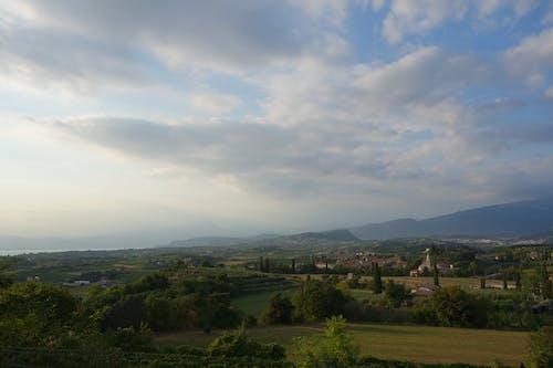Ilmainen kuvapankkikuva tunnisteilla Italia, pilvet, sininen taivas, vihreät kentät