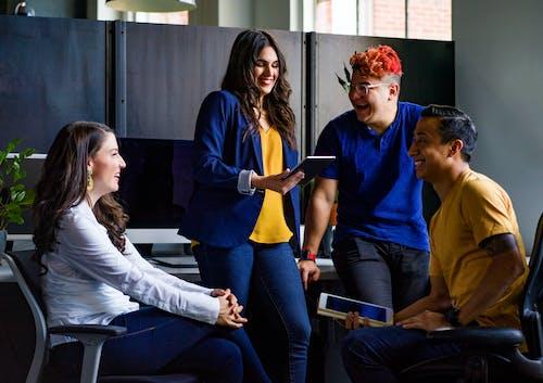 Foto stok gratis berdiskusi, biro, dalam ruangan, diskusi